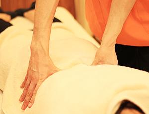 3. 治療 時間制ではないので、その患者さんに合った治療を行います。 ベッド一つ一つに仕切りがありますのでご安心下さい。