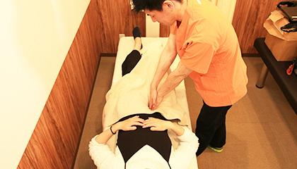 骨盤整体 骨盤周りについている筋肉を緩め、骨盤のゆがみを調整します。
