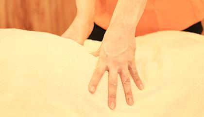 ほぐし(10分)緊張して固くなっている表面の筋肉の緊張を手で緩めていき、循環を良くすることで痛みの緩和やだるさが改善できます。