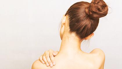 首肩の痛み 首や肩を動かす筋肉は多くあり、どこに問題があるか検査をして、アプローチを致します。手にしびれが出る方には腕が原因なのか、首が原因なのか見極めて、改善致します。