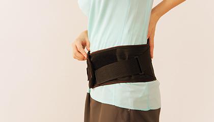腰痛 慢性的な痛みからぎっくり腰のように急な痛みまで対応いたします。特にぎっくり腰は早期の治療が早期回復になりますので早めの受診をお勧めします。ぎっくり腰、ヘルニア、坐骨神経痛などは痛みが出る原因が積み重なって起こるので、原因を改善し予防できるように指導させて頂きます。