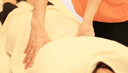 産後骨盤矯正 骨盤のゆがみだけでなく、腰の痛みも訴えられる方も多くおられますので、痛みの改善と併用して矯正を行うことができます。また、骨盤を安定させるために体幹の筋肉が必要になりますので、そちらのアドバイスやトレーニングを行うことができます。産後2か月からが矯正の効果が得られやすい時期になります。
